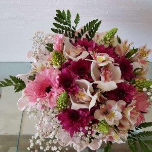 Dispuestos Sobre Papel Crepé Con Orquídeas, Astromelias, Margaritas, Gerberas Y Besos De Madre